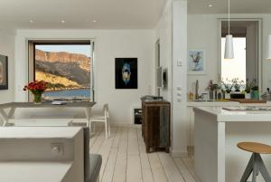 Appartement avec terrasse, sur le port, pieds dans l'eau, Apartments  Cassis - big - 2