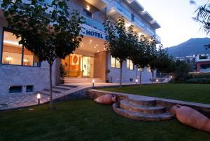 Saronis Hotel