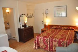 Queen Room with Jacuzzi and Kitchenette