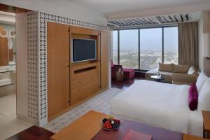 ... Zimmer Umfasst Durchdacht Entworfene, Exklusive Möbel Sowie Deckenhohe  Fenster, Welche Ihnen Atemberaubenden Blick Auf Die Zauberhafte Skyline Von  Dubai ...