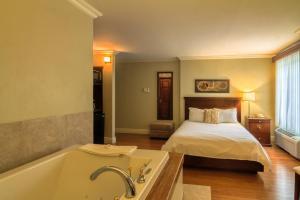 Romantisches Zimmer mit Queensize-Bett und Whirlpool-Badewanne