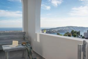 Aspronisi Luxury Villa with Caldera View, Villen  Megalokhori - big - 14