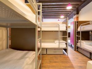 ドミトリールーム 女性用 ベッド計14台のベッド1台