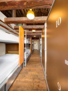 ドミトリールーム 男女共用 ベッド計16台のベッド1台