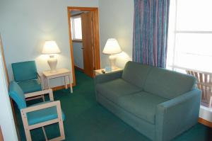 Double Suite with Two Double Beds and One Queen Bed - Non-Smoking