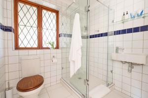 Pokój z 2 łóżkami pojedynczymi i prysznicem