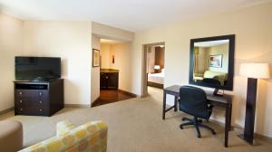 King Suite with Bath Tub - Mobility/Hearing Access - Non-Smoking