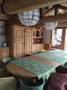 Chalet Chesarina, Alpesi faházak  La Punt-Chamues-ch - big - 10