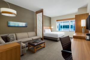 Værelse med kingsize-seng, sovesofa og roll in-bruser - handicapvenligt