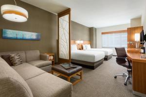 Værelse med 2 queensize-senge, sovesofa og roll in-bruser – handicapvenligt
