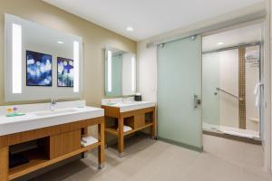 Pokój typu Specialty z łóżkiem typu king-size, rozkładaną sofą i bezprogową kabiną prysznicową – przystosowany dla niepełnosprawnych
