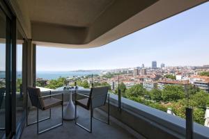 Apartament typu Suite z balkonem, widokiem na cieśninę Bosfor i dostępem do salonu Executive Lounge