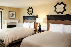 Standard Room with Two Double Beds with Fireplace