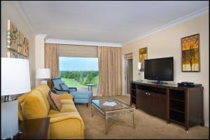Apartament typu Deluxe Suite z balkonem i widokiem na pole golfowe