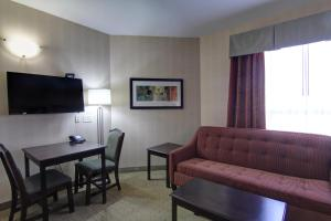 Queen Suite with Two Queen Beds and Roll-in Shower - Disability Access