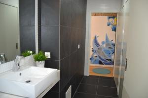 Cama en habitación compartida mixta de 8 camas con baño privado y vistas al río