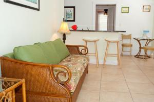 Queen Suite with Pool View (Unit S4)