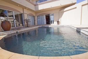 Улучшенный двухместный номер с 1 кроватью или 2 отдельными кроватями и видом на бассейн