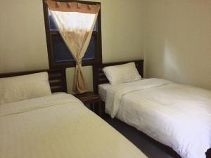 Levný dvoulůžkový pokoj s oddělenými postelemi a koupelnou mimo pokoj