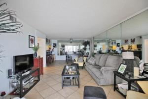 Two-Bedroom Apartment with Sea View 702