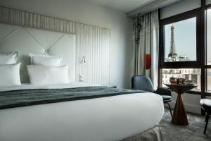 Junior Suite with Eiffel Tower View