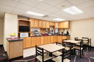 Travelodge Sturgis- Michigan, Motels  Sturgis - big - 24