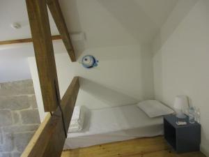 Cama en habitación compartida femenina con 8 camas y baño privado
