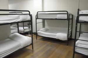 Łóżko w koedukacyjnym pokoju wieloosobowym dla 16 osób