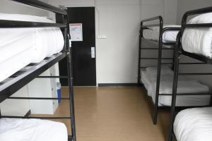 Łóżko w koedukacyjnym pokoju wieloosobowym dla 8 osób