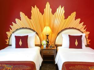 Scarlet Twin Room