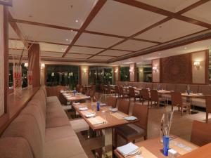 Royal Orchid Resort & Convention Centre, Rezorty  Bangalore - big - 12