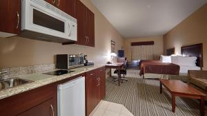 Deluxe Queen Room with Kitchenette - Non-Smoking