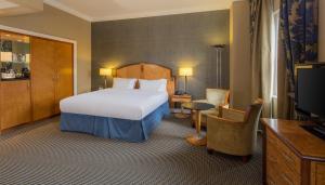 Mniejszy Apartament (Junior Suite) z łóżkiem typu king-size i możliwością wstępu do salonu