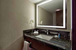 Apartament typu Suite z widokiem na cieśninę Bosfor i dostępem do salonu Executive Lounge – bezpłatny transfer lotniskowy