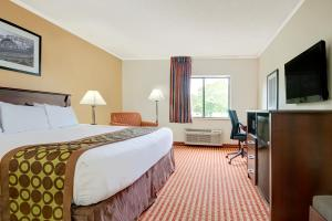 """Days Inn & Suites by Wyndham Kansas City South"""
