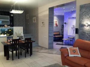 Apartment 24dom Teplichnaya 1, Apartmanok  Minszk - big - 1