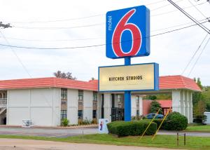 Days Inn and Suites Palestine