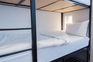 Bett im Sechsbettschlafsaal mit eigenem Bad