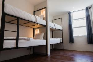 Cama en habitación compartida femenina de 8 camas