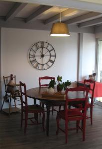 Le Clos De La Roche, Bed & Breakfasts  Goven - big - 16