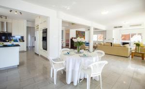 Sunset Meneou Villa, Дома для отпуска  Периволия - big - 49