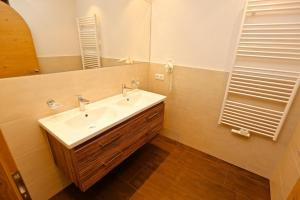 Ladis Living, Apartmanok  Ladis - big - 14