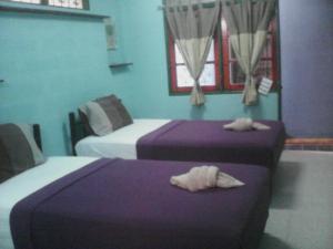 Dvoulůžkový pokoj s oddělenými postelemi a ventilátorem