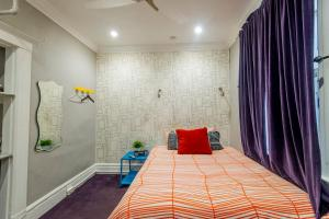 Private Room Queen Bed - Shared Bath