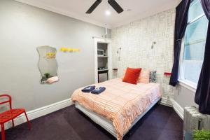 Private Room Queen Bed - Private Bath