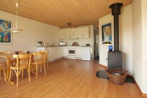 Ho Three-Bedroom Apartment 03, Holiday parks  Blåvand - big - 21