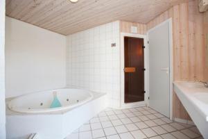 Ho Three-Bedroom Apartment 05, Dovolenkové parky  Blåvand - big - 33