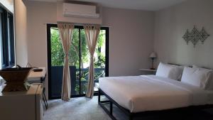 Pokoj s manželskou postelí velikosti King a balkónem