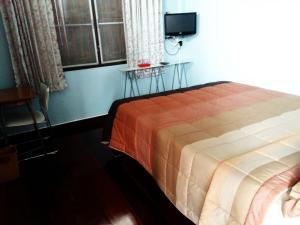 Pokoj s manželskou postelí velikosti Queen a společnou koupelnou