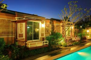 Deluxe Triple Bungalow with Pool View